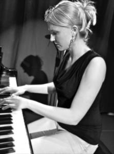 Gerda Blanca Anna am Klavier