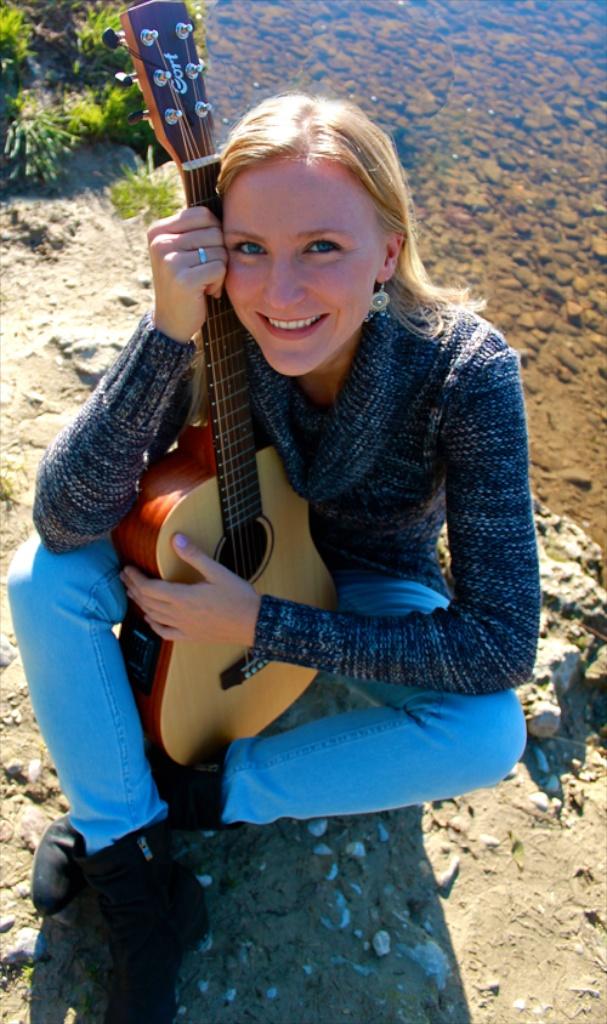 Gerda Blanca Anna mit ihrer Gitarre